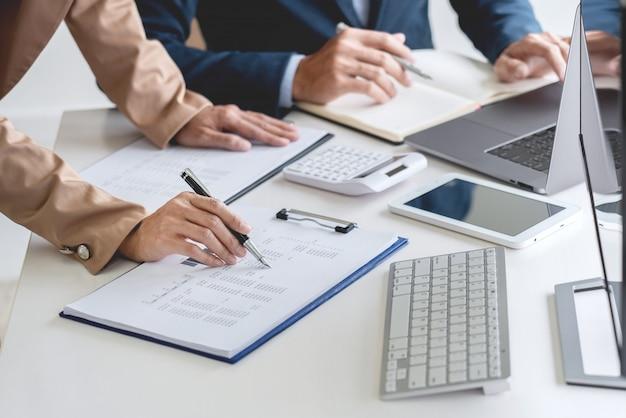 Zespół biznesowy inwestor przedsiębiorca handel omawianie i analiza danych na wykresach giełdowych