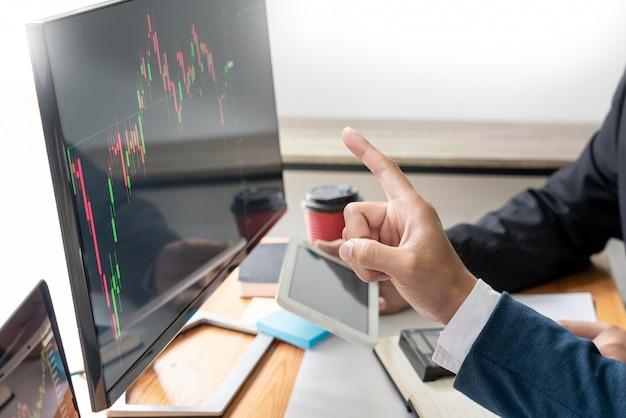 Zespół biznesowy inwestycja przedsiębiorca handel omawianie i analiza danych wykresy giełdowe i wykresy negocjacje i budżet na badania, handlowcy pracujący w zespole