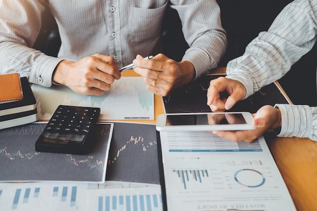 Zespół biznesowy inwestycja przedsiębiorca trading omawianie i analiza wykresu giełda, wykres giełdowy