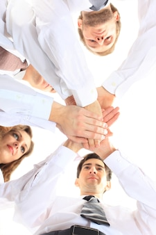 Zespół biznesowy kładąc ręce na sobie