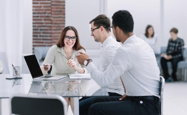 Zespół biznesowy omawia nowe pomysły na spotkaniu roboczym. biuro w dni powszednie