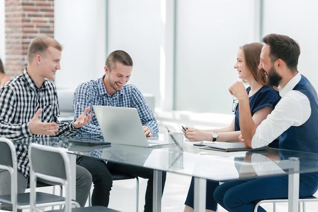 Zespół biznesowy omawia nowy projekt biznesowy. koncepcja startupu