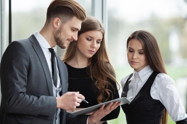 Zespół biznesowy omawiając plany biznesowe w biurze.