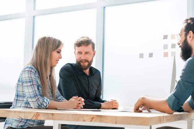 Zespół biznesowy omawiający bieżące zadania na spotkaniu. praca zespołowa