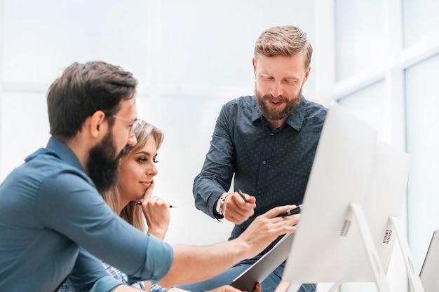 Zespół biznesowy omawiający informacje online. biurowe dni powszednie