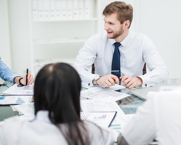 Zespół biznesowy omawiający nowy kontrakt w miejscu pracy w biurze. na zdjęciu jest puste miejsce na twój tekst