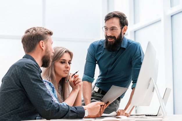 Zespół biznesowy omawiający plan finansowy na spotkaniu w biurze