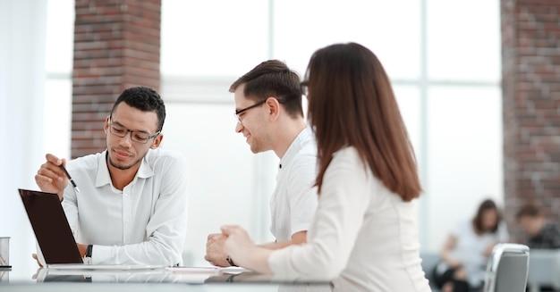 Zespół biznesowy omawiający plan rozwoju i nowy projekt. biuro w dni powszednie