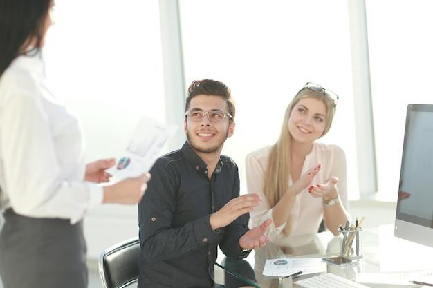 Zespół biznesowy omawiający pomysły na nowy projekt finansowy. koncepcja pracy zespołowej