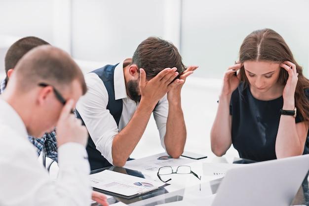 Zespół biznesowy omawiający problemy finansowe nowego startupu