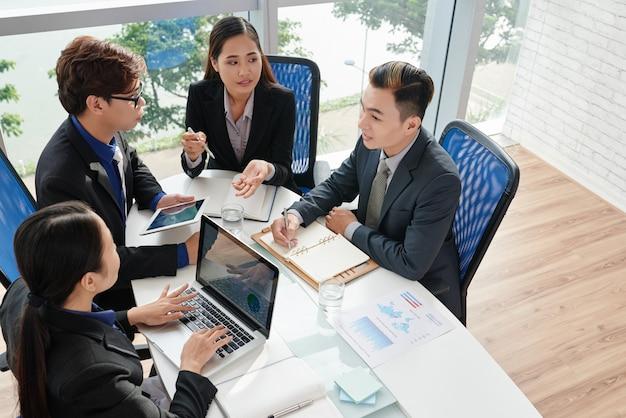 Zespół biznesowy omawiający projekt
