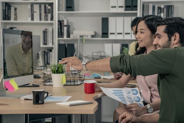 Zespół biznesowy podczas spotkania konferencyjnego opracowuje dokumenty robocze dotyczące planu marketingowego