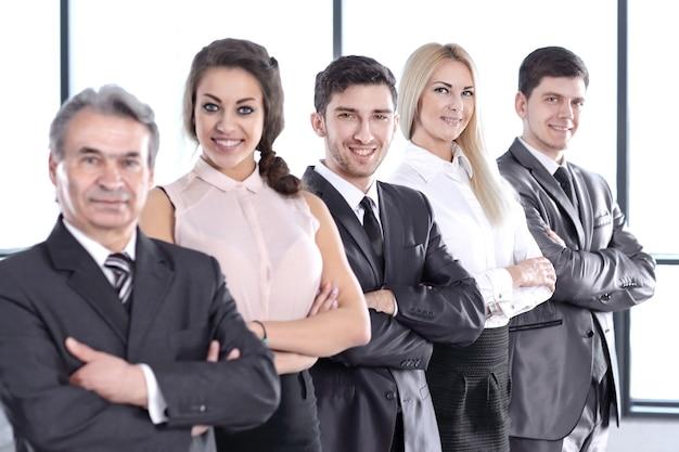 Zespół biznesowy posiadający schowek stojący w biurze. pojęcie pracy zespołowej