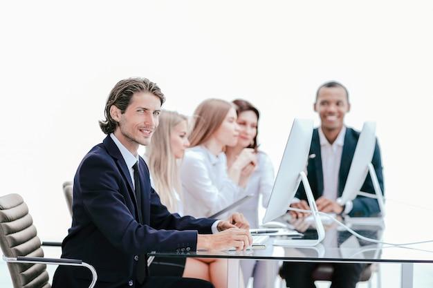 Zespół biznesowy pracujący nad nową koncepcją project.business