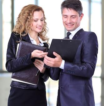 Zespół biznesowy pracujący nad swoim projektem biznesowym razem w biurze