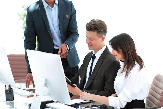 Zespół biznesowy pracujący z dokumentami w nowoczesnym biurze