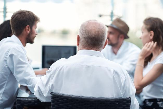 Zespół biznesowy pracuje nad nowym zbliżeniem projektu komercyjnego