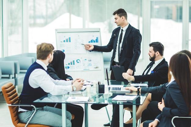 Zespół biznesowy przedstawia nowy projekt finansowy dla partnerów biznesowych firmy.