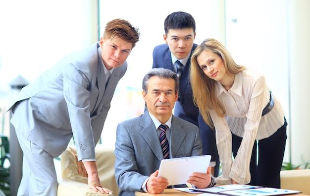 Zespół biznesowy przeprowadzający wywiady z młodym kandydatem