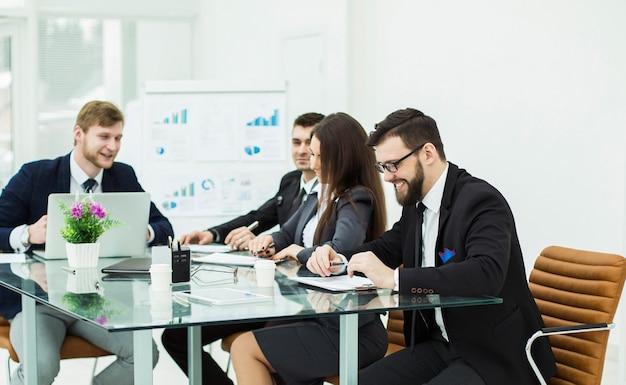 Zespół biznesowy przygotowuje prezentację nowego projektu finansowego