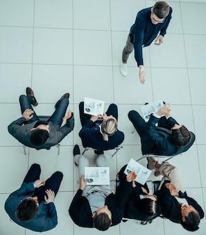 Zespół biznesowy raportujący wyniki na spotkaniu roboczym