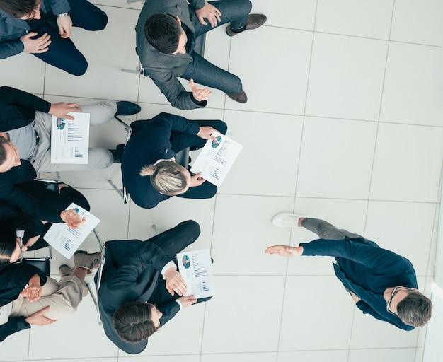 Zespół biznesowy raportuje wyniki na spotkaniu roboczym