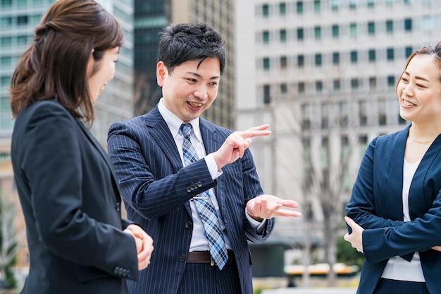 Zespół biznesowy rozmawia w miłej atmosferze na świeżym powietrzu