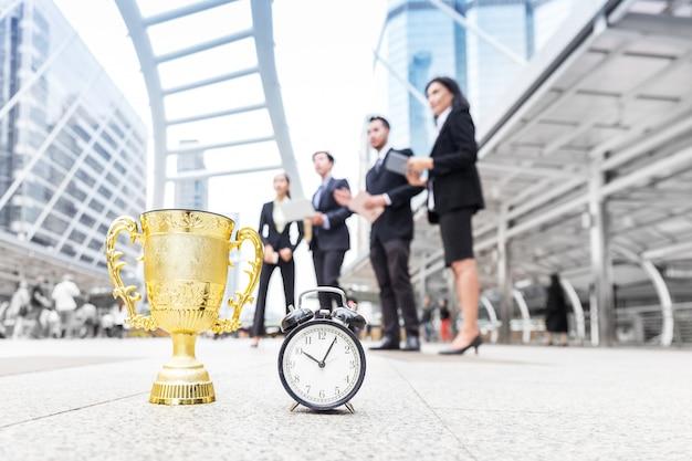 Zespół biznesowy sukcesu wygrywa złotą nagrodę w ograniczonym czasie