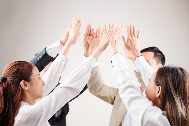 Zespół biznesowy świętuje sukces