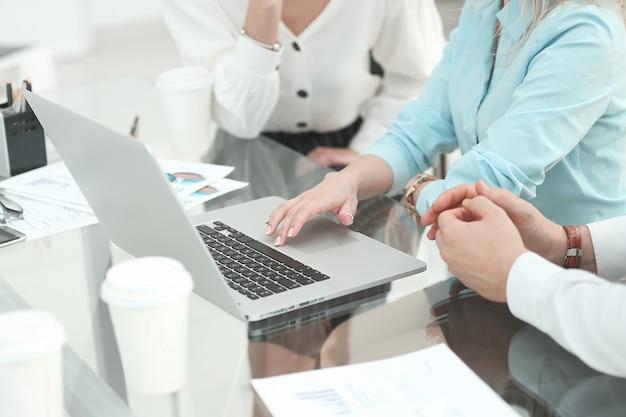 Zespół biznesowy używa laptopa do analizy danych finansowych