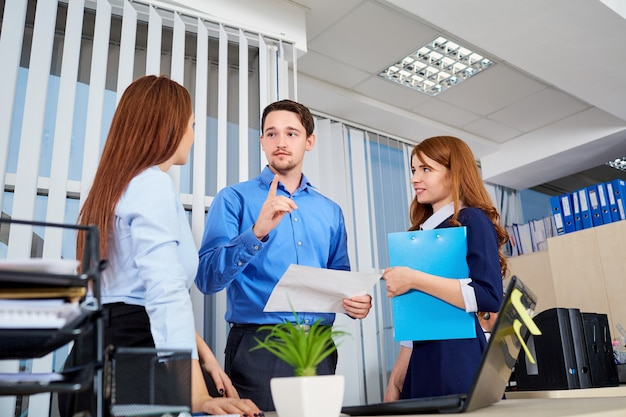Zespół biznesowy w biurze komunikujący się z dokumentami