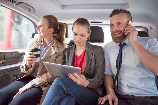 Zespół biznesowy w drodze na spotkania