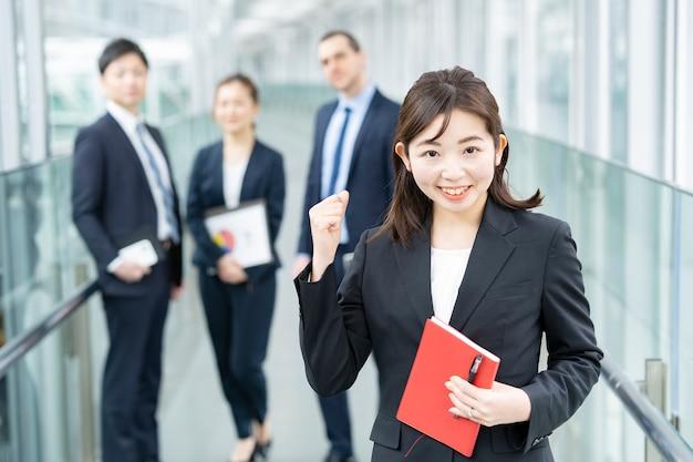 Zespół biznesowy w garniturze uśmiecha się i pozuje do kibicowania
