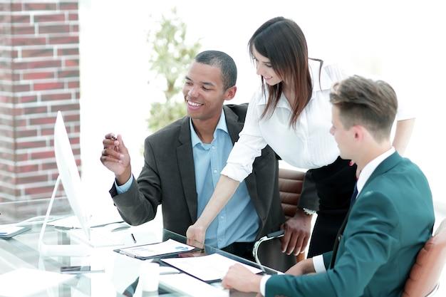 Zespół biznesowy w miejscu pracy w biurze.zdjęcie z miejscem na kopię