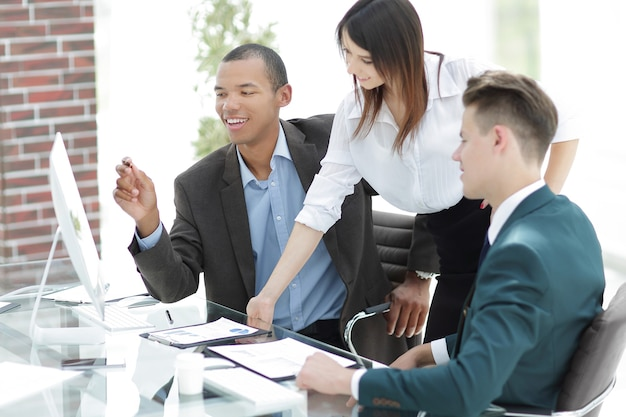 Zespół biznesowy w miejscu pracy w biurze