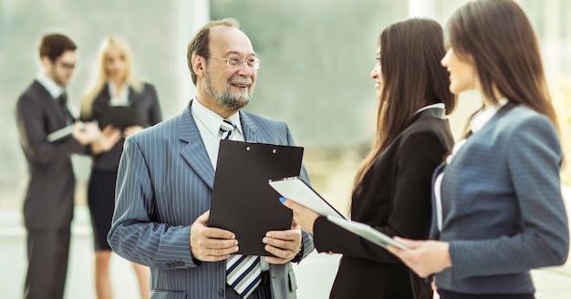 Zespół biznesowy z dokumentami finansowymi w nowoczesnym biurze. zdjęcie ma puste miejsce na tekst