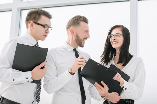 Zespół biznesowy z dokumentami omawiającymi biznesplan. biznes i edukacja