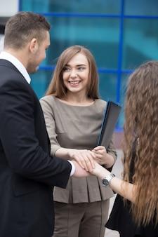 Zespół biznesowych łączących ręce. koncepcja pracy zespołowej