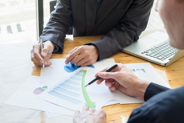 Zespół biznesowych omawianie ich pomysły w biurze. współpraca ze sobą współpracuje.