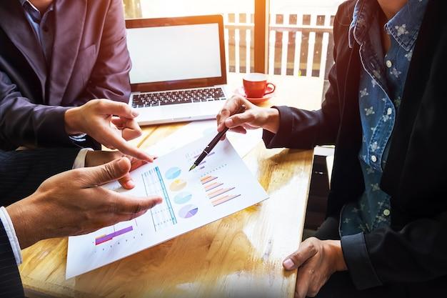 Zespół biznesowych pracujących nad nowym planem biznesowym z nowoczesnym komputerem cyfrowym