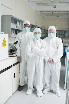 Zespół chemików w kombinezonach ochronnych