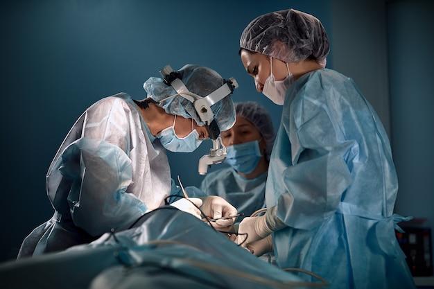 Zespół chirurgów kobiet na sali operacyjnej