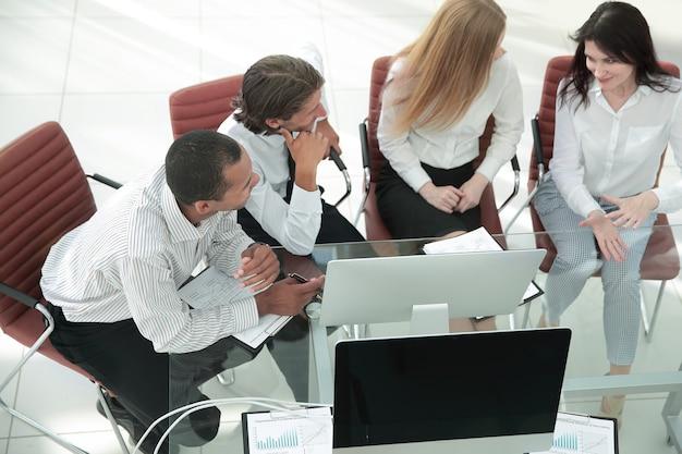 Zespół closeup.business omawiający dokument biznesowy. koncepcja biznesowa.
