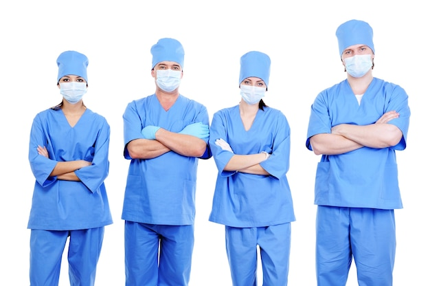 Zespół czterech chirurgów w niebieskim mundurze stojących razem