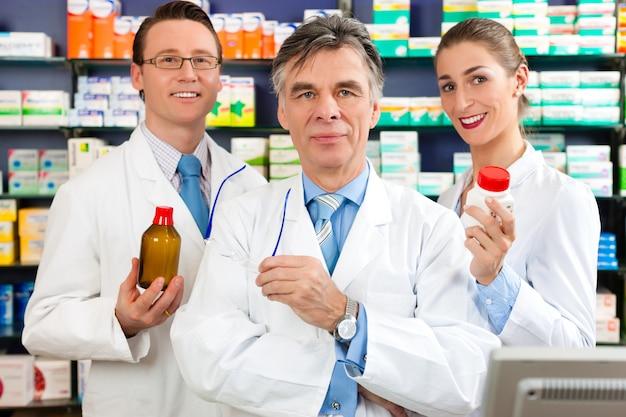 Zespół farmaceutów w aptece