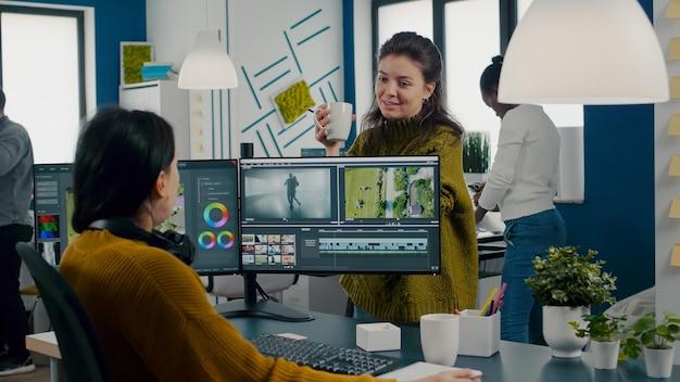 Zespół filmowców rozmawiających o projekcie podczas pracy w aplikacji do edycji wideo