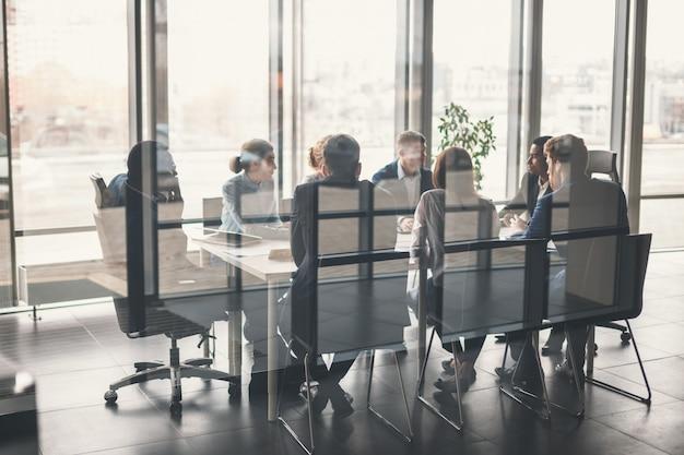 Zespół firmy i kierownik w spotkaniu