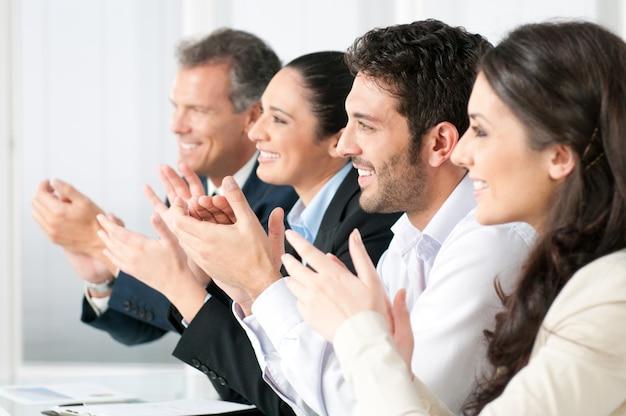 Zespół firmy klaskanie w ręce