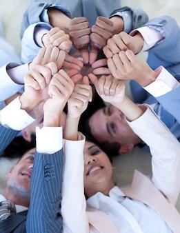 Zespół firmy na piętrze w kręgu z kciuki w górę