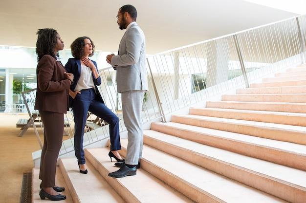 Zespół firmy na schodach